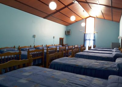 Foto de las literas que componen uno de los dormitorios del Albergue la Atalaya de Cieza.
