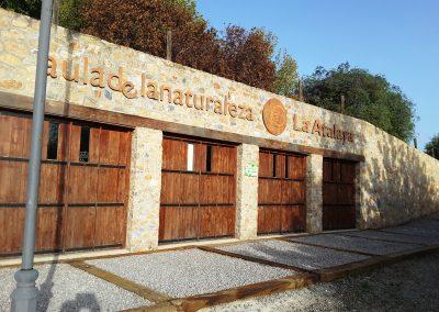 Foto de las puertas principales del Aula de la Naturaleza del Albergue la Atalaya de Cieza.
