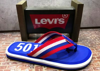 Chanclas color azul de la marca Levi´s.