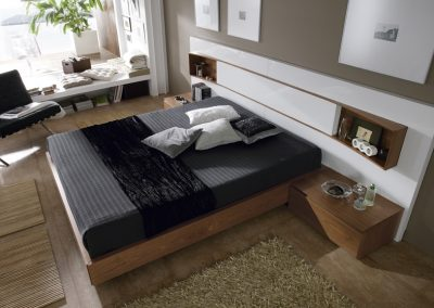 Exposición de un dormitorio en Muebles Juan.
