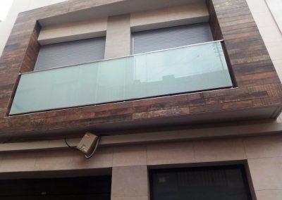 Foto de Cerramiento acristalado de fachada en aluminio y cristal de seguridad.