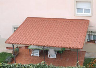 Foto de un patio con panel sandwinch imitación de teja.