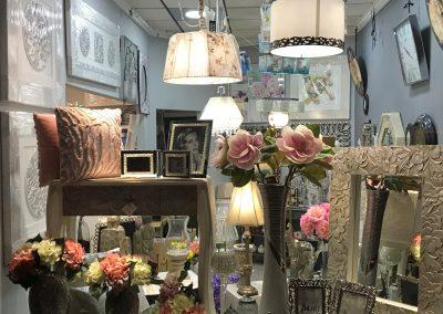 Fotografía del segundo escaparate de Decoravi, tienda de decoración e iluminación en Cieza.