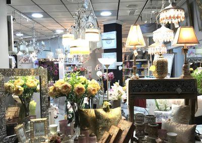 Fotografía de uno de los escaparates de Decoravi, tienda de decoración e iluminación en Cieza.