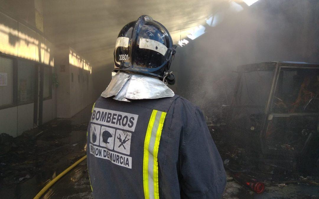 Bomberos del CEIS intervienen en la extinción de un incendio de vivienda en Cieza