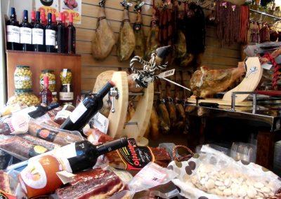 Foto del vino y los Embutidos Artesanos Calentejo, Cieza.