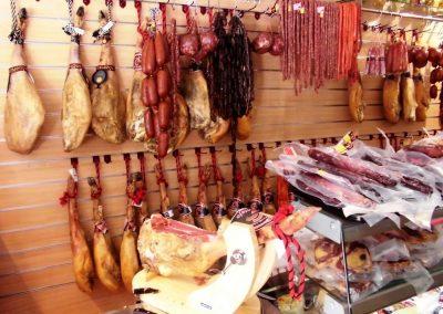 Foto de los jamones de Embutidos Artesanos Calentejo, Cieza.