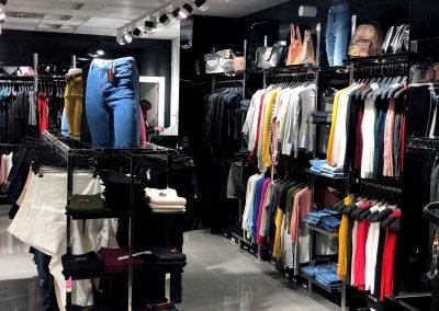 Foto de todo el Interior D´Chloe Moda Joven, tienda de ropa en Cieza.