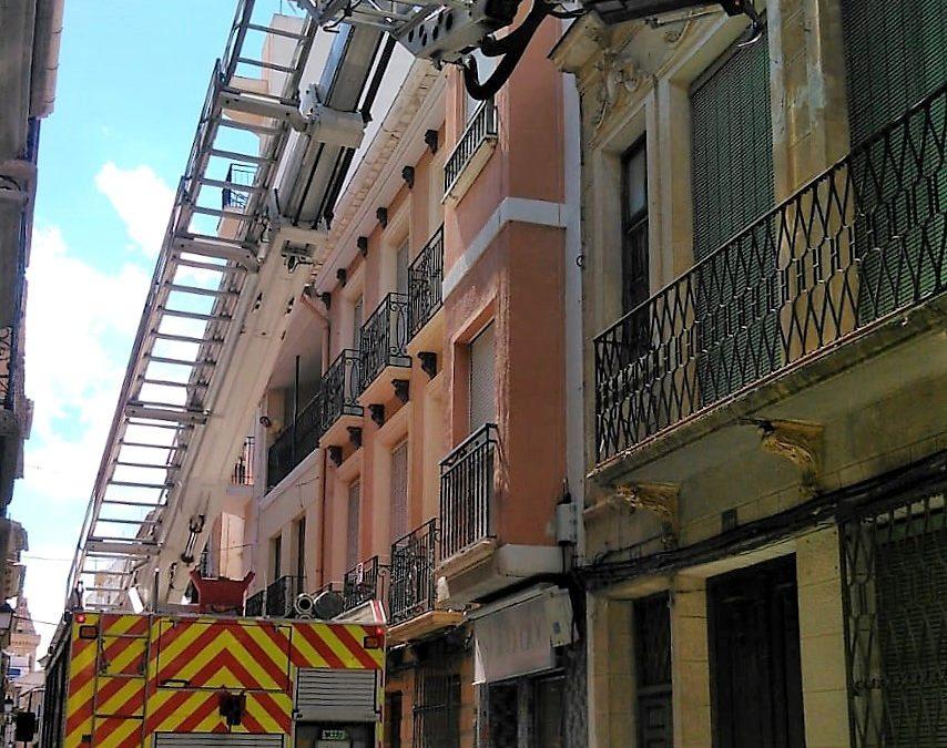 Bomberos del CEIS proceden al saneamiento de un edificio abandonado con riesgo de desprendimientos en la calle Angostos