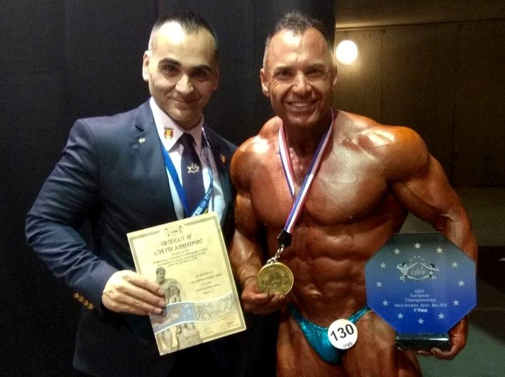 fotografia de Pedro J Villa con su medalla de campeón master 50.