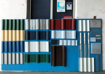 Foto de las chapas en exposición del Almacén de Hierros Cieza.