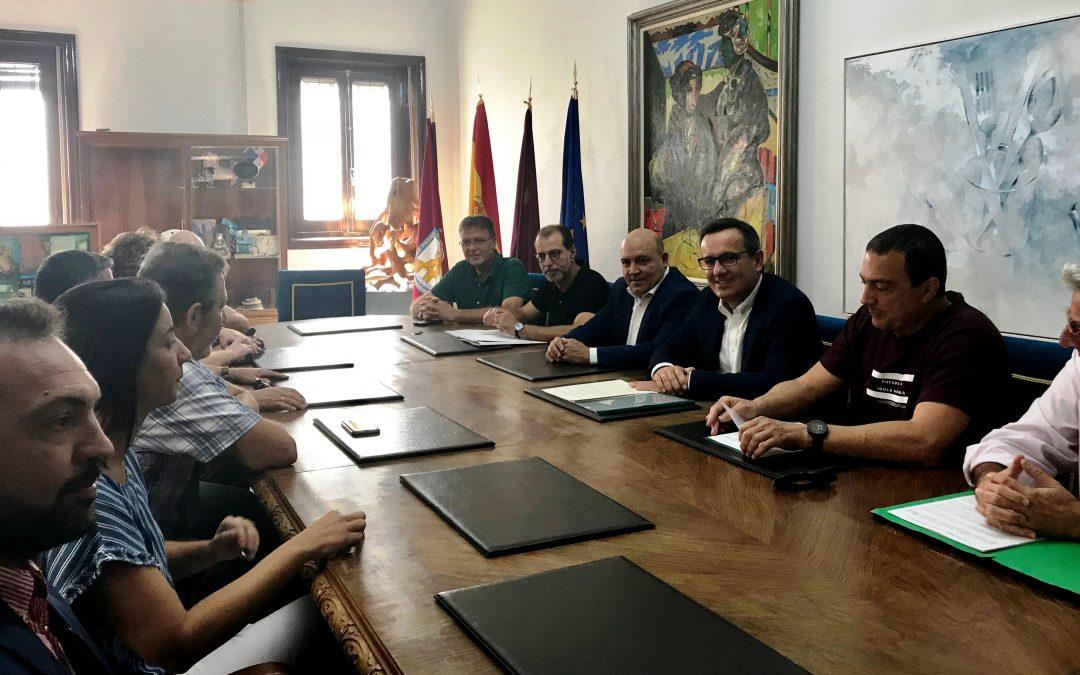 El Delegado del Gobierno de la Región de Murcia, Diego Conesa, se ha reunido con la Plataforma de la Variante del Camarillas y el alcalde de Cieza