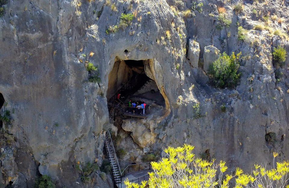 Imagen de una visita guiada a la Cueva la Serreta dentro del Cañón de Almadenes de Cieza Murcia