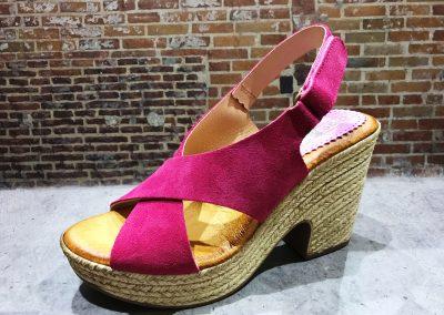 Zapato cuña de esparto color fucsia.