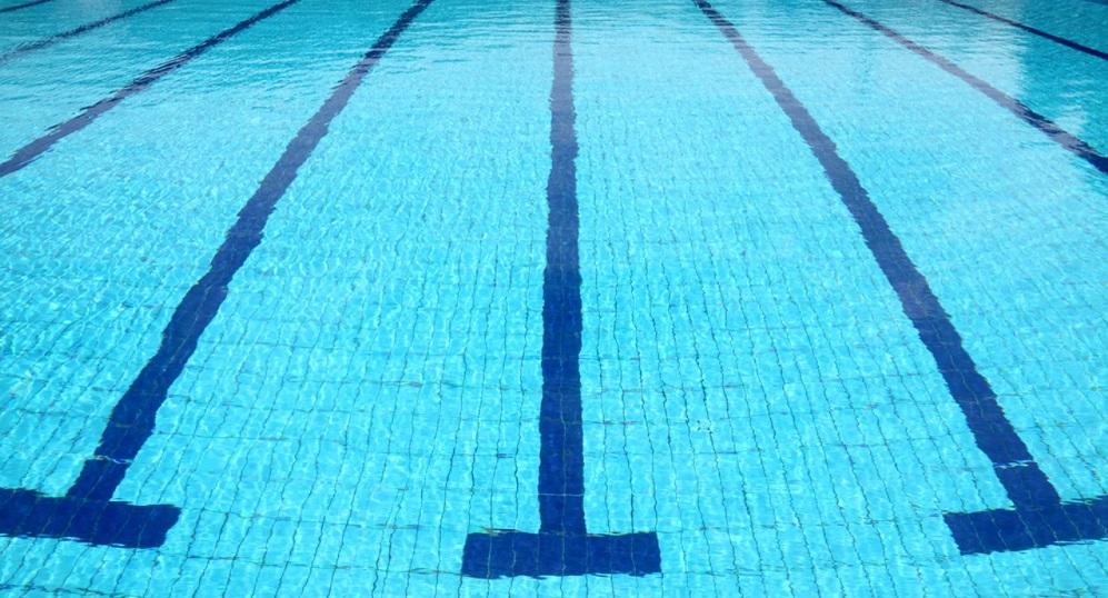 Imagen del agua de la piscina municipal de Cieza.