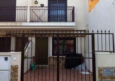 Foto de un Cerramiento con reja, y colocación de puerta motorizada de hierro.