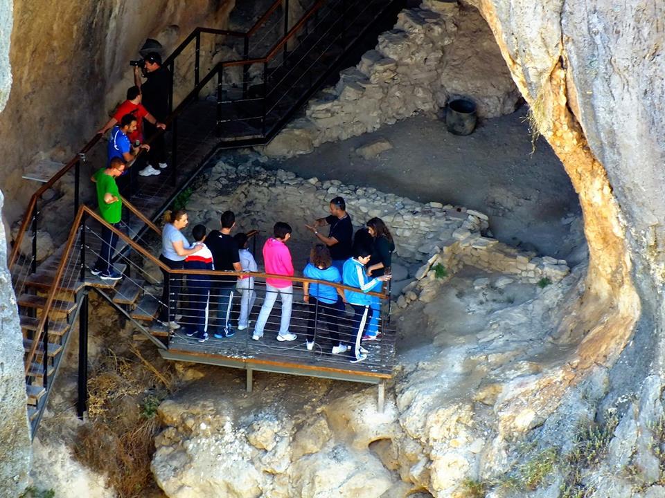 Fotografía de un grupo de personas durante su visita a la Cueva Sima de la Serreta en el Cañón de Almadenes en Cieza
