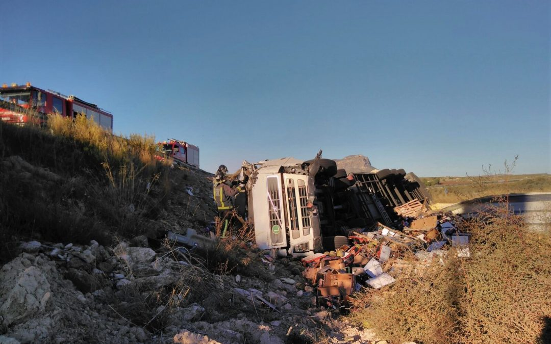 Rescatado y trasladado al hospital el conductor de un camión que ha volcado en la Venta del Olivo
