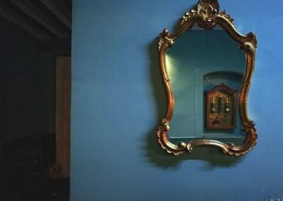 Detalle de un espejo de la cafetería Aristogatos Coffee de Cieza.