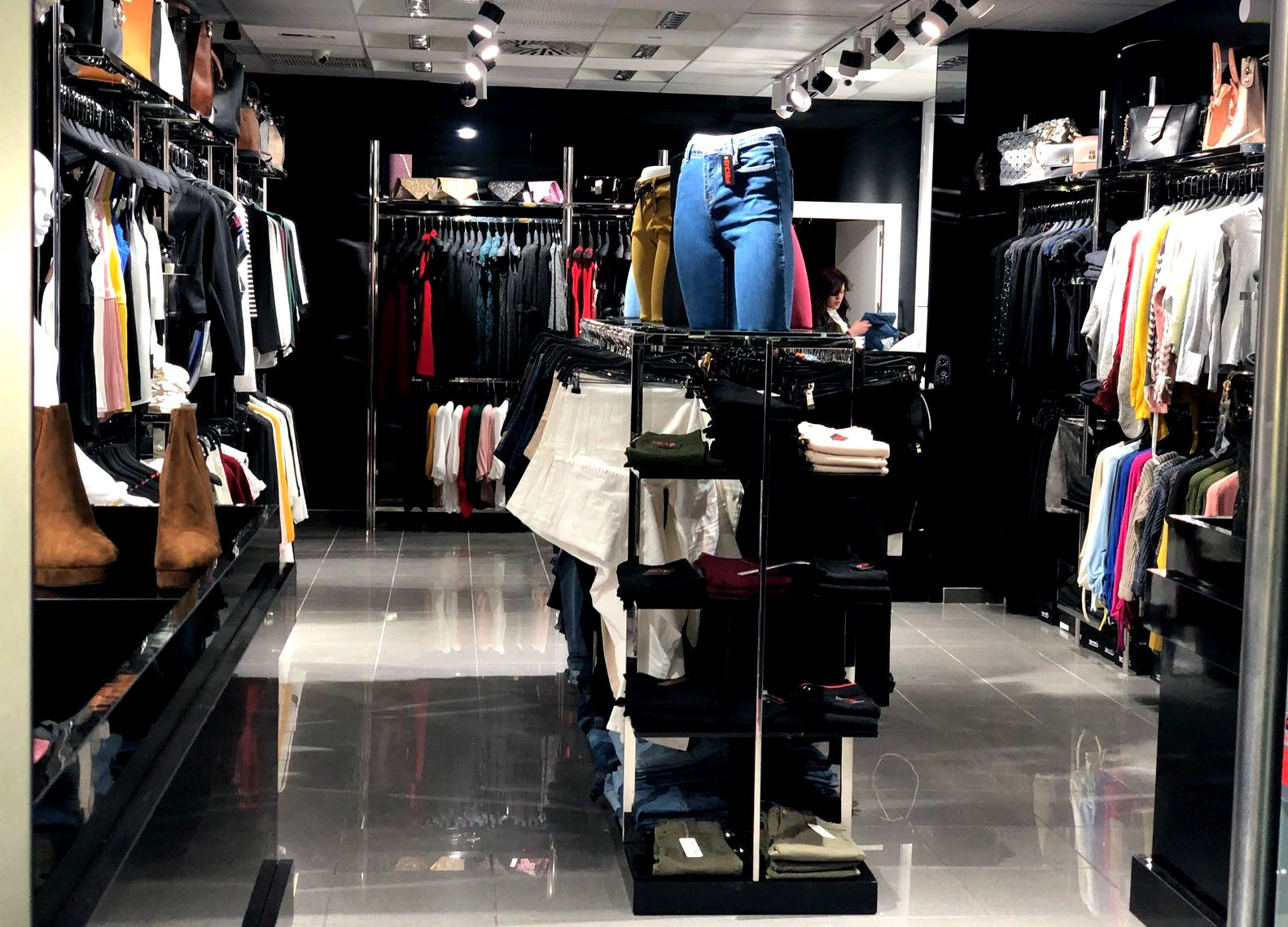 b48ec4d7 Fotografía Interior D´Chloe Moda Joven, tienda de ropa en Cieza.