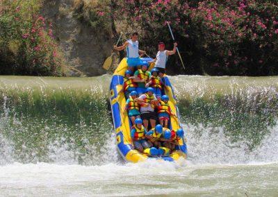 Foto de una barca bajando la presa en el descenso en rafting de Cieza a Blanca y Abarán.