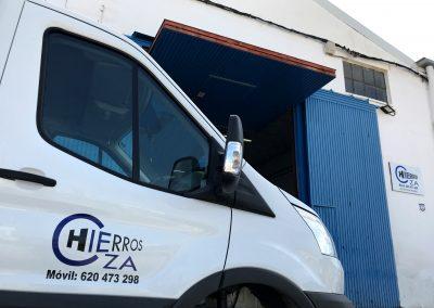 Foto del camión con el que se reparte el material del Almacén de Hierros Cieza.