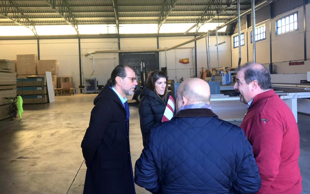 La Concejalía de Empleo desarrollará un curso de carpintería tras la reunión con el gerente de la empresa Tableros Andrés